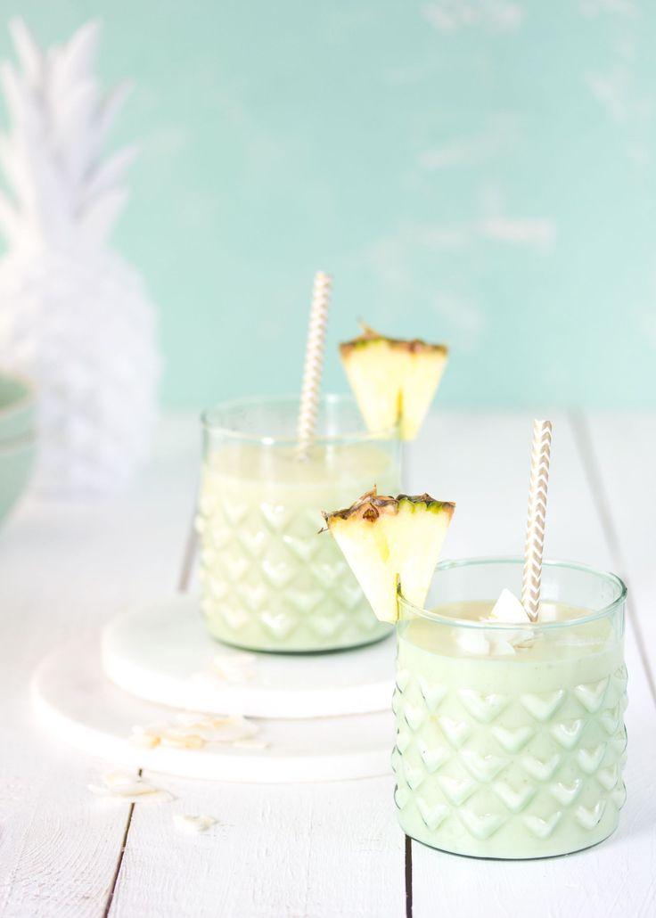 Leckerer Smoothie mit Ananas und Kokos