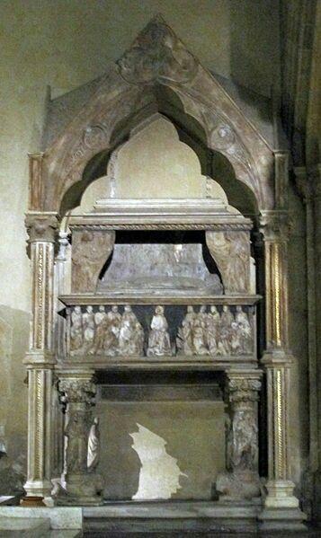Monumento funebre a Carlo, duca di Calabria e figlio di Roberto d'Angiò.  Zona presbiteriale della chiesa di Santa Chiara a Napoli.  1333. Costruito utilizzando anche marmi romani. Collocato a destra del monumento funebre a Roberto d'Angiò.