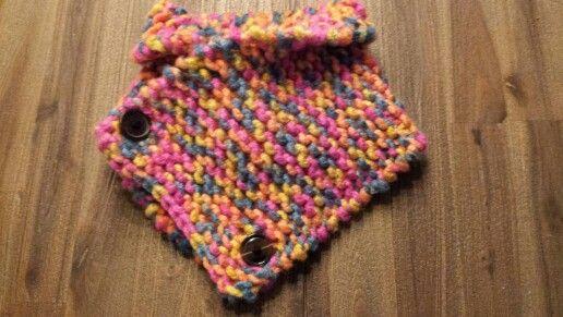 Sjaal voor peuter.  Instructies: 16 steken opzetten op naalddikte 10. Alles recht breien. Ik heb 100 toeren gedaan en op de toer 101 twee knoopsgaten gebreid. Dan nog 3 toeren breien en afhechten. Knopen bevestigen en klaar is de sjaal. Wol is van de Wibra, geschikt voor naalddikte 9 of 10.