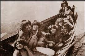 The Alacalufes (kaweskar). Los Alacalufes o Kaweshar. Su estatura media era de 1,66 metros (indios pescadores de mediano cuerpo y mal proporcionados, según Juan de Ladrillo, 1557), y muchos relatos relatos hablan de ellos como gente taciturna y triste. http://www.limbos.org/sur/alak.htm https://www.google.es/search?q=fotos de los alacalufes