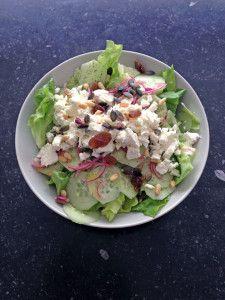 We borduren nog even verder op het thema van gisteren, toen we een snelle salade voor de lunch maakten. Die we dan opaten zonder brood, want dat is wel een beetje de bedoeling. De Griekse salade van vandaag tikt ook af onder de tien minuten en is dus uitstekend materiaal om snel op de middag in