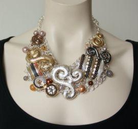 Een prachtige opvallende en zeer origineel statement halsketting met verschillende nikkelvrije metaalsoorten en kleuren met stras stenen en (nep) parels. Een echte pronkstuk!- € 49,95