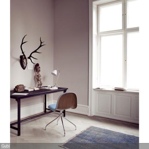 In dem sonst sehr schlicht eingerichteten Arbeitszimmer mit gedeckten Farben sticht das Geweih besonders ins Auge. Ein bisschen Nostalgie verbreitet der Retro-Arbeitsstuhl …