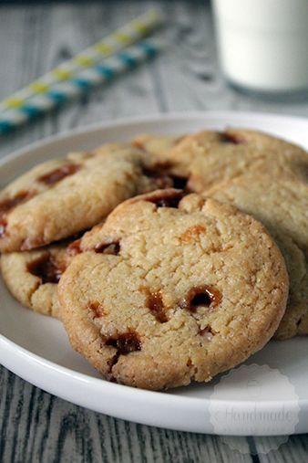 Koekjes zijn een van mijn favorieten wanneer het om bakken gaat. Inspiratie haal ik vaak uit Amerikaanse recepten, wat hebben zij veel variaties zeg!. Hoewel ik de Amerikaanse koekjes qua combinaties vaak goddelijk vind, wint een knapperig koekje het bijna altijd van een chewy koekje. Deze knapperige caramel koekjes zijn vanaf nu dan ook een …
