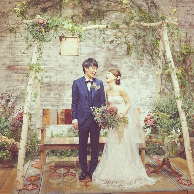 *FREE HUGS* いつも笑っていて、いつでも楽しそうなふたり。 ポージングをするよりも 自然体なこの写真がふたりらしくて好き♡ 会場デコレーションも、 肩肘張らず自然体でいられるよう 自然に囲まれ、森の中にいるような空間に♡ 今回の席は公園にもありそうなベンチ♫♪ decoration @kondo.tsg @hirasawa.tsg #wedding #natural #green #park #tree #weddingdecoration #interior #bouquet #dryflower #結婚式 #結婚式場 #高砂 #メインテーブル #ベンチ #ウエディング #ウエディングドレス #ウエディングフォト #ウエディングプランナー #ブーケ #ドライフラワー #フラワーアレンジメント #ナチュラル #オーガニック #自然 #公園 #インテリア #オシャレ #プレ花嫁 #結婚式準備