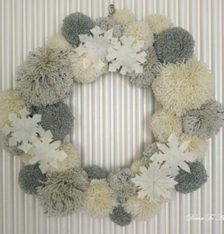 Una corona de Navidad hecha con pompones