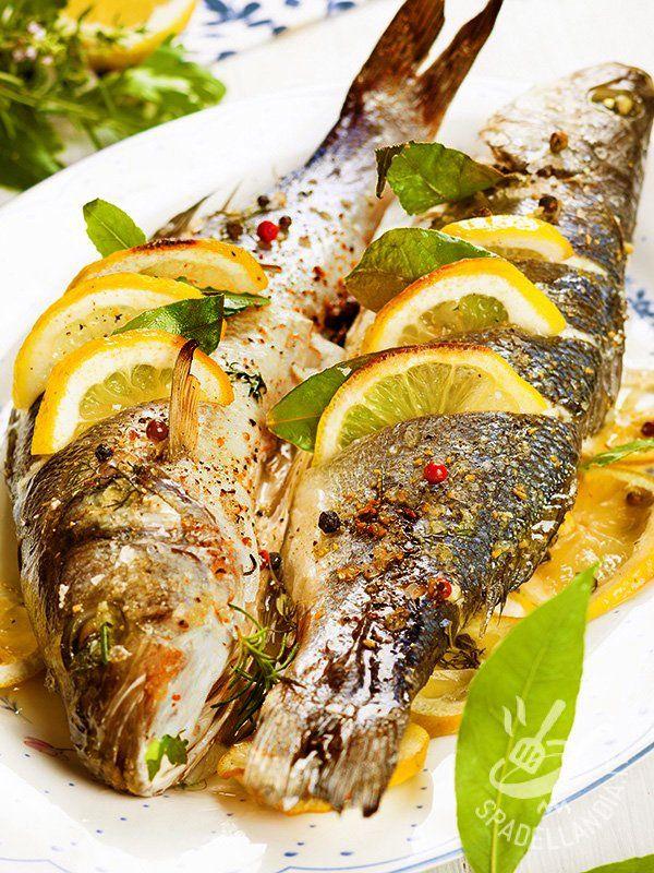 Ecco un secondo di mare gustoso e saporito, il Branzino al forno alle erbette che porta in tavola tutti i profumi del Mediterraneo con la sua genuinità.