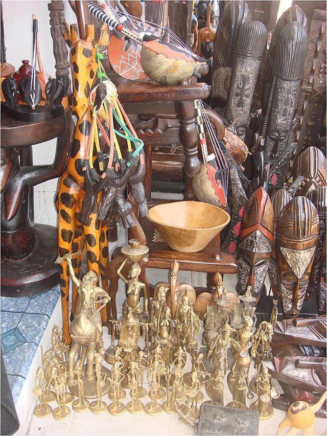 Masques et statuettes en exposition dans le commerce ◆Côte d'Ivoire — Wikipédia https://fr.wikipedia.org/wiki/C%C3%B4te_d%27Ivoire #Ivory_Coast #Cote_d_Ivoire