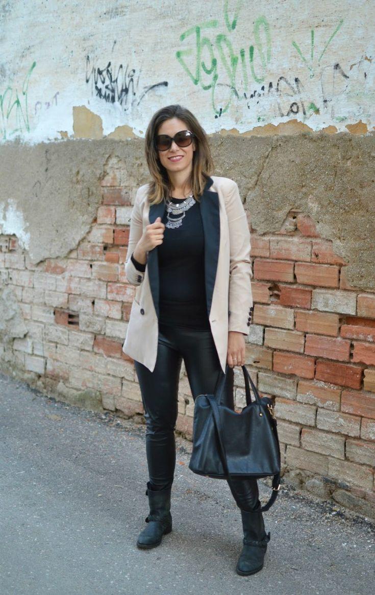 pantalon de piel en negro - blazer en crema & complementos en negro (el trastero de Cris: Looks Marzo)
