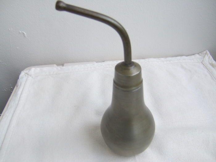 Online veilinghuis Catawiki: Antieke tinnen zuigfles ook ziekenbekertje genoemd.