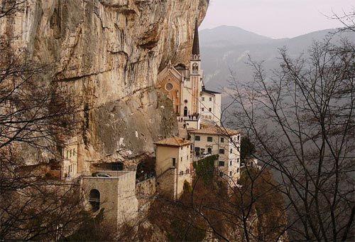 Eremi e monasteri a strapiombo in italia santuario for Santuario madonna della corona