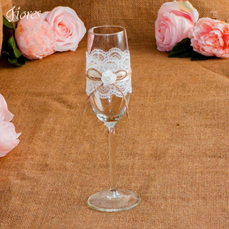 Nech Vaša jemnosť a neha rozprávajú za Vás!  Jemné svadobné poháre s romantickou čipkou, saténovou stužkou, jutovým špagátikom a papierovou ružičkou.
