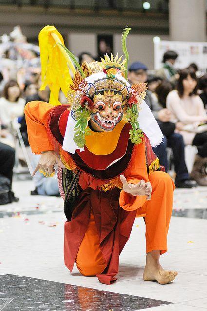 A member of Bali dance troupe warna warni. ワルナワルニバリダンスグループのメンバー。 Tokyo, Japan