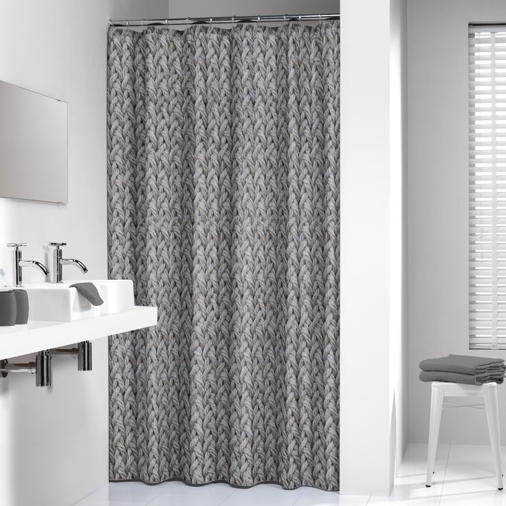 Op dit douchegordijn is een patroon van touw te zien. Dit douchegordijn past in vele badkamers door zijn rustige kleur en dessin. gecombineerd met taupe kleurige handdoeken en badmat creëer je één geheel.  Ook leveren wij op maat gemaakte douchestangen en douchegordijnhaken.