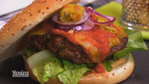 Frank Rosin verrät uns sein klassisches Rezept für Burger-Patties. Durch Zugabe von Gewürzen wird das Fleisch geschmacklich ein Volltreffer!