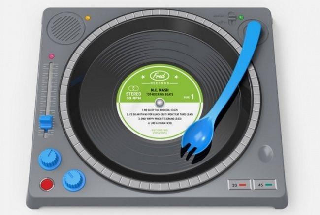coolthings.com Дизайнерское агентство Fred & Friends придумало тарелку для будущих диджеев, которые уже сейчас так и норовят постоять или посидеть за вертушками. Есть из нее в два раз веселее.   Источник: http://www.adme.ru/tvorchestvo-dizajn/krutoj-dizajn-mesyaca-861560/ © AdMe.ru