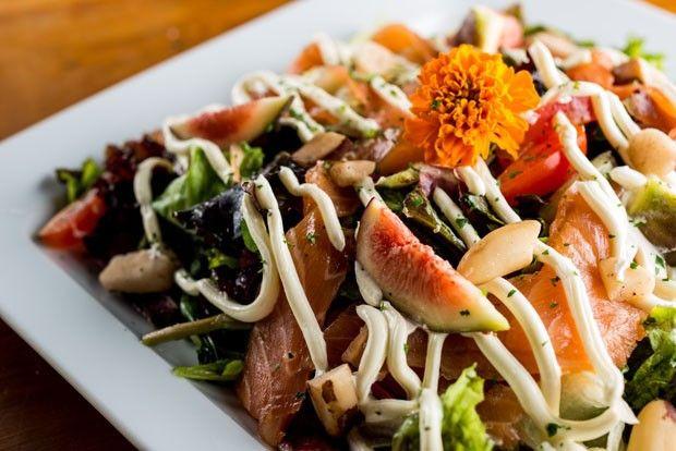 Receita leve: salada de salmão e folhas