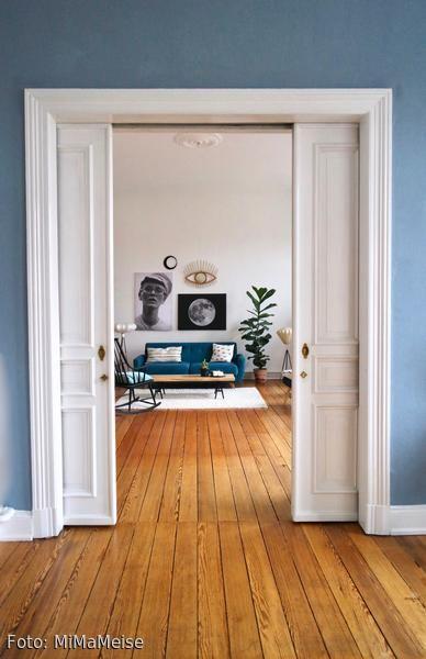 Blick Vom Esszimmer Ins Wohnzimmer Durch Flgeltren Im Altbau Mit Dielenboden Und Blauer Wand