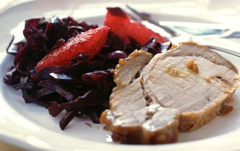 Sennep- og honningglaseret svinekam serveret med krydret rødkål med rosa grape