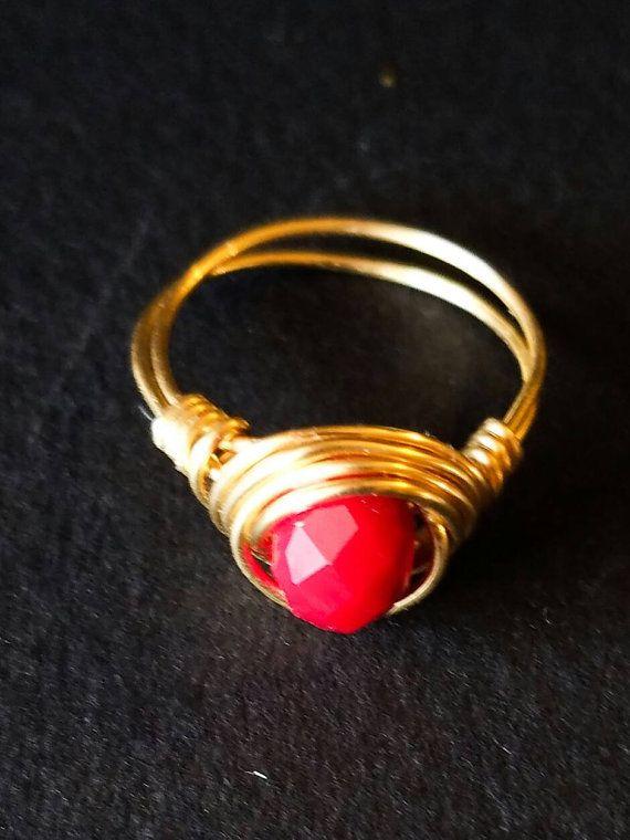Oro naranja y rojo tres piedra anillo naranja anillo oro, anillo de oro rojo, anillo de oro, anillo de ajuste de alambre  Este alambre de envoltura oro anillo naranja y rojo se hace usando oro alambre artístico.  * Materiales: cristal de 8mm de color rojo alambre artístico oro 18g  * Embalaje El anillo será embalado en una caja de regalo.   Consejos para el cuidado: Para mejor preservar la belleza de este anillo, te recomiendo eliminar este anillo cuando lavarse las manos, ducharse o…