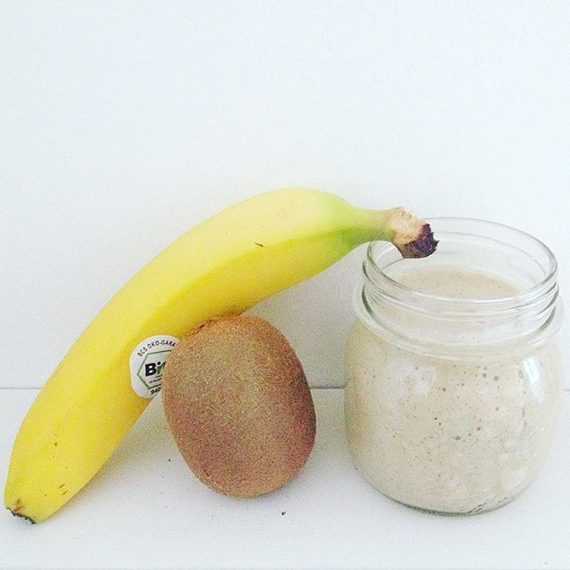 Colazione salutare di oggi 😋 Frullato a base di kiwi e banana 🍌 a cui ho aggiunto anche latte di soia, cannella e avena. Mi piace sperimentare con gli ingredienti 😅 #breakfast #friday #instamood #banana #kiwi #frullato #colazione #healthy #smoothie #naturaldrink #healthybreakfast #breakfasttime #blogger #bloggeritalia