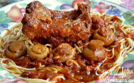 Свиные ребра в охотничьем стиле, можно заменить на куриное мясо | соус из томат.пюре,чеснока и томат.пасты,прованских трав молот.душистого горошка, в конце грибы.