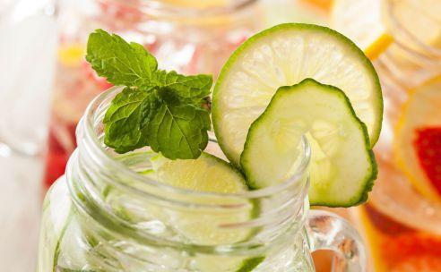 Water met limoen, komkommer en verse munt   GezondheidsNet