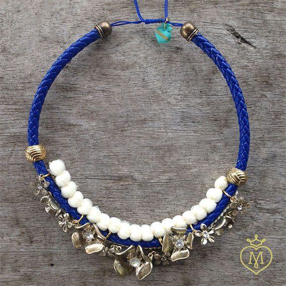 Collar borlas blancas y azul rey con flores doradas. #collar #design #hechoamano #collaresmatilda #matildaaccesorios #matilda #designmatilda #matildadesign #accesoriosmedellin #accesorioscolombia #disenocolombiano