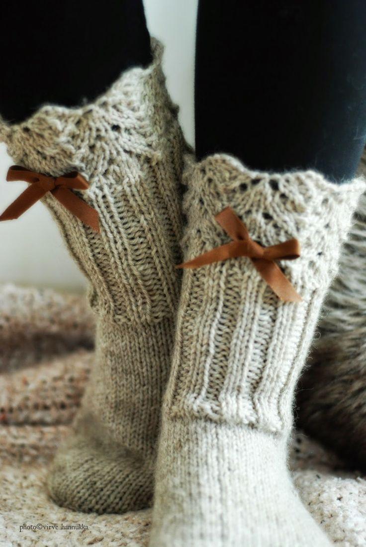 Viimainen tuuli. Takkatulen lämpö. Nyt on taas aika neuloa! Herttainen. Söpö. Pitsi & Rusetti. Nämä sukat syn...