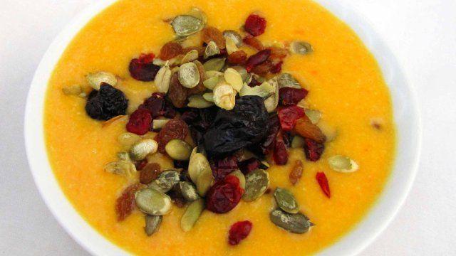 Zupa z dyni z kaszą jaglaną i śliwkami