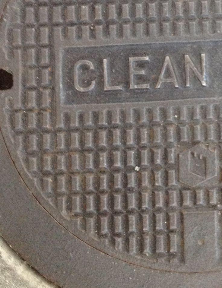 Een woord: CLEAN   Seattle, WA, 2013.  #clean #ironic #dirtystreet #manholecover #seattle #eenwoord #jarrellish