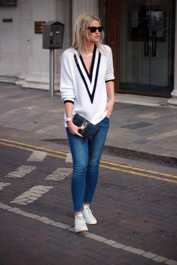tenue avec stan smith, paire de jeans claires, blouse avec décolletée triangulaire, lunettes de soleil noires, montre argent