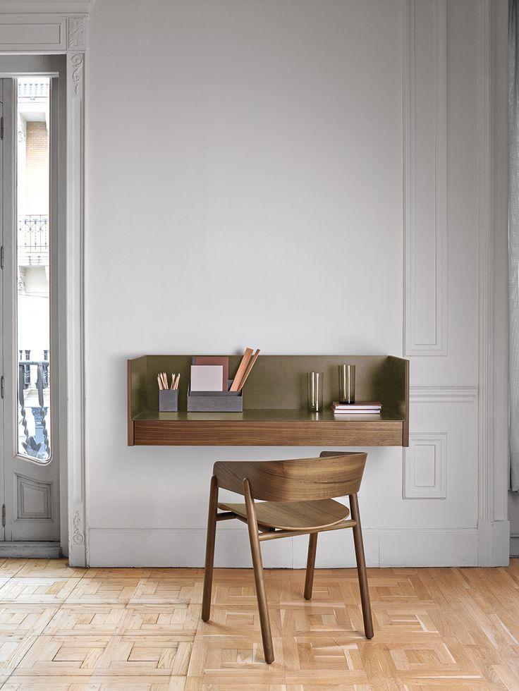 Ein Design Schreibtisch für die schwebende Wandmontage aus der Kollektion Stockholm von Punt.  #Schreibtisch #Wandmontage #modern #Sekretär #homeoffice #Büro #desk #bureau #einrichten #interior #decorating #Einrichtungsidee #Punt #furniture #inspiration