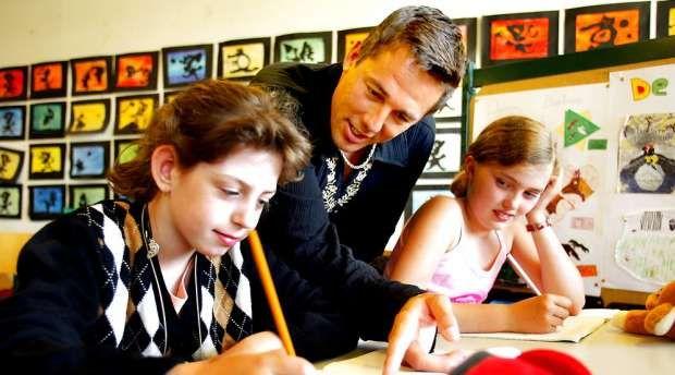 Selv den mest hårdkogte leder i det private erhvervsliv ville formentlig bukke under i skoleverdenen, skriver sognepræst Kristian Bøcker. Han opfordrer alle til at rose en lærer