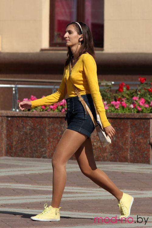 Уличная мода в Минске. Начало осени. Часть 1 (наряды и образы на фото: желтый джемпер, джинсовые шорты с завышенной талией, телесные колготки, желтые кеды)