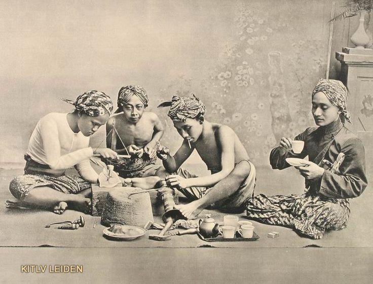 Ciseleren van koperen vazen te Jogjakarta...