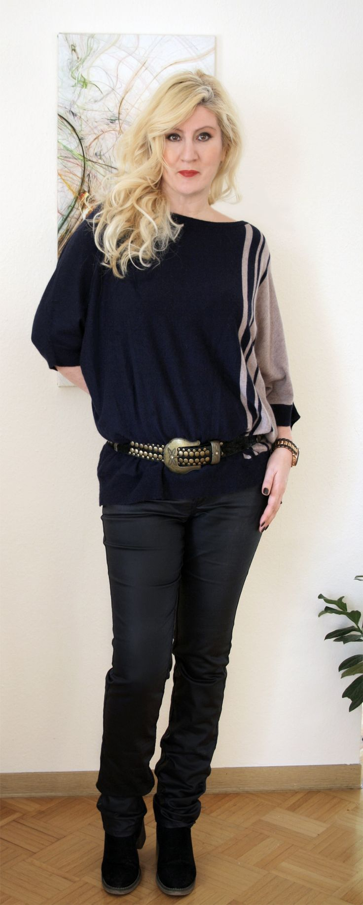 Cashmere-Sweater with leather and turquoise stones belt, satindenim pants and suede leather boots