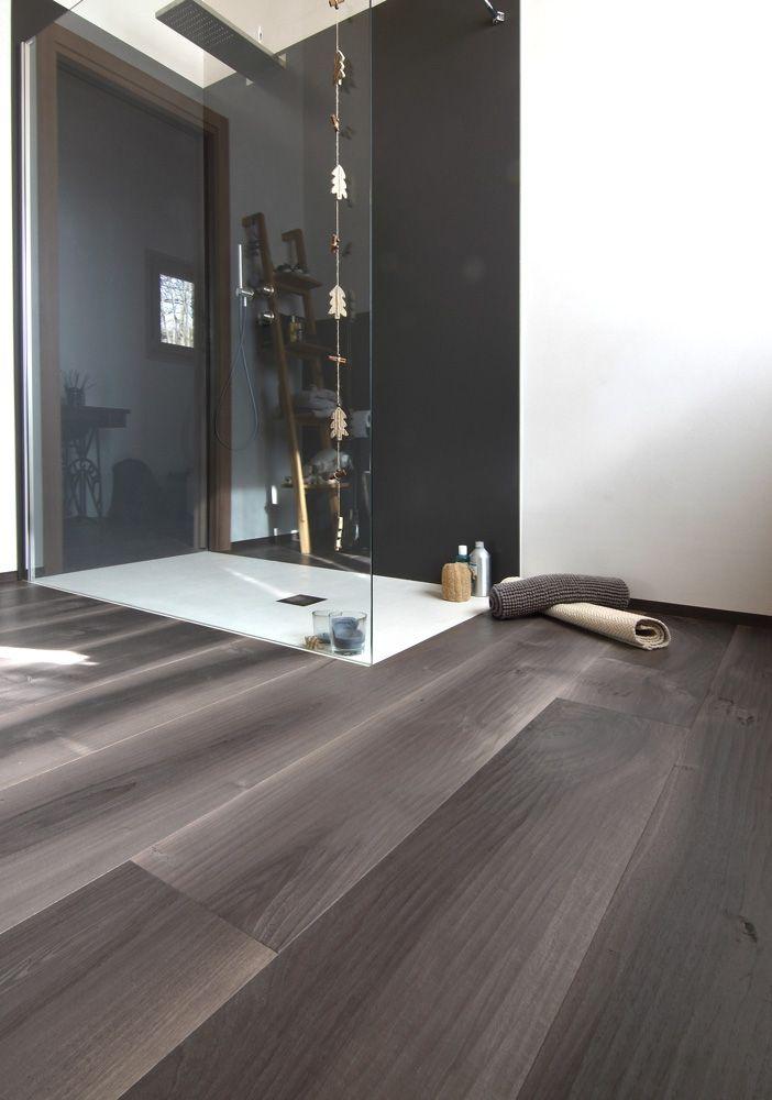 Bark Old Noghera wood flooring, hand planed. Parquet Vecchia Noghera Corteccia, piallata a mano