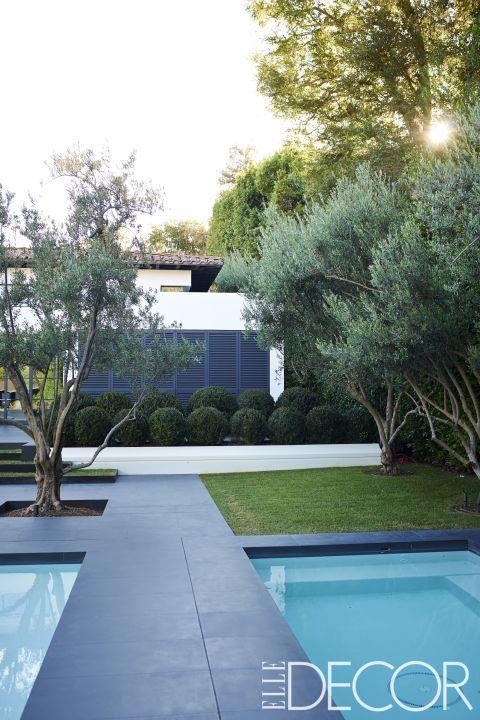 En estacasa de Ángeles las piscinas están diseñadas para ser a la vez, un elemento decorativo en el jardín, como para el disfrute. El jardín en tornos a las piscinas incluyen olivos y un seto de bolas de boj.
