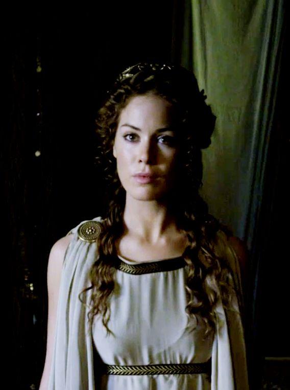 La regina Alcmena (Roxanne McKee), intrappolata in un matrimonio senza amore con il malvagio re Anfitrione, darà alla luce l'unica speranza per il popolo di Tirinto: il figlio di Zeus!  Ma riuscirà a proteggere il suo amato #HerculesIT dalla perfidia del marito?  HERCULES: LA LEGGENDA HA INIZIO vi aspetta al #cinema dal 30 Gennaio.