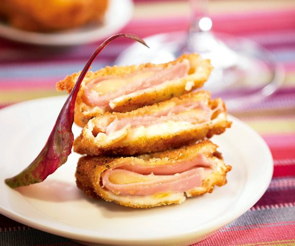 Pour un plat gourmand, voici la recette des escalopes panées, jambon blanc, emmental et béchamel, avec en prime une astuce du chef étoilé Cyril Lignac.