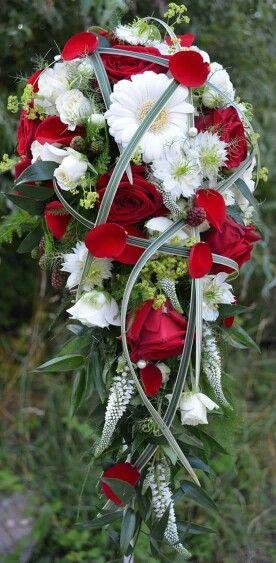 ... in weiß, Rote hochzeitssträuße und Hochzeitskleid rot weiß