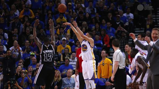 Stephen Curry ties NBA record for consecutive games with a 3-pointer