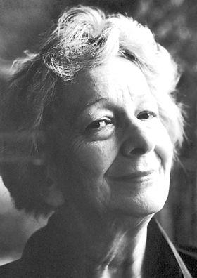 """Wislawa Szymborska.Considerada a """"Mozart da poesia"""", a escrita  era conhecida pelo uso de fábulas, anedotas e metáforas prolongadas, muitas vezes temperadas com ironia e humor amargo. Sua reputação e premiação se baseiam em um conjunto de trabalhos relativamente reduzido, com menos de 350 poemas. Perguntada sobre o motivo de tão poucos de seus escritos terem sido publicados, a autora, que faleceu em 2012, respondeu certa vez: """"eu tenho uma lata de lixo em minha casa"""".Ano da premiação1996"""