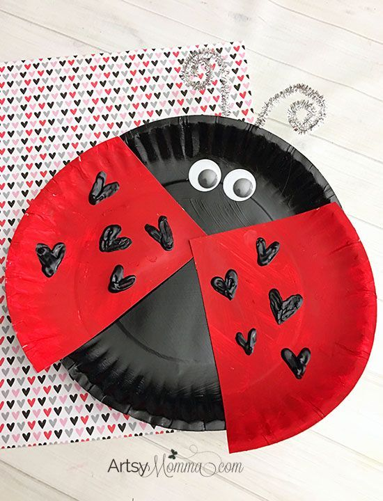 Isn't this cute? Click to read the tutorial & materials needed to make this Paper Plate Ladybug with Heart Craft for Valentine's Day! #artsymommadotcom #valentines #valentinesdaycraft #ladybug #craftforkids #paperplatecraft #heart #craftykids #kidmadevalentines