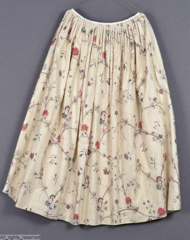 Rok en lijfje; oorspronkelijk: robe … l'anglaise. Rok: vermaakt tot kopie 18de-eeuwse rok, gevoerd met oud linnen. Voor glad 14 cm, verder geplooid; 2 splitten aan voorzijde, sluitend met haken en ogen. Lijfje: vierkante hals, ingezette voorpandjes, lange mouw, aangesloten rug, gefronst strookje stof langs voorpandjes. Vermaakt: de japon is verknipt, waarna van de rok een kopie 18de eeuwse rok is gemaakt; het lijfje is enige malen vermaakt en is afgeknipt bewaard. katoen sits indisch wit…