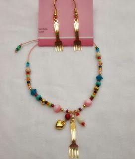 Conjunto Aretes y Pulsera: Receta del amor con tenedor Materiales:Accesorios en oro goldfieldhilo color coral, mostacilla checa, murano, c...