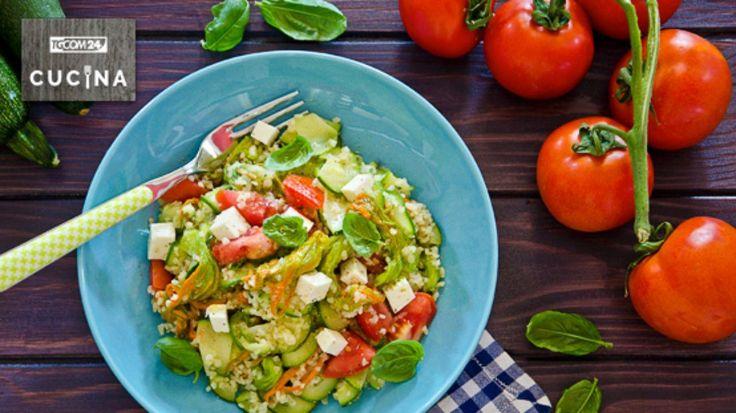 Il bulgur con primosale e fiori di zucca è un piatto unico gustoso e colorato preparato con un condimento estivo e molto ricco.