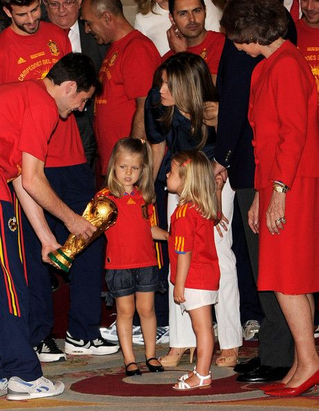 Princess Leonor Photos - Goalkeeper and captain Iker Casillas shows the trophy to Princess Leonor and Princess Sofia of Spain, watched by Princess Letizia and Queen Sofia of Spain while the FIFA 2010 World Cup winning team Spain are received by the Spanish royal family at Zarzuela Palace on July 12, 2010 in Madrid, Spain. - Spanish King Meets FIFA 2010 World Cup Winning Team