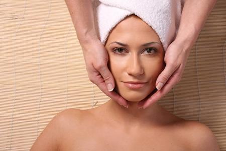 Masaż głowy i uszu wykonujemy w pozycji leżącej, bez użycia oleju, przynosząc ulgę w wielu dolegliwościach. Niewiele technik przywiązuje wagę do masażu głowy, ale warto zaufać doświadczeniu starożytnej terapii, która niesie ulgę i do której Klienci zawsze powracają...